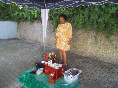 Frau Roebl präsentierte afrikanische Kaffeezubereitung