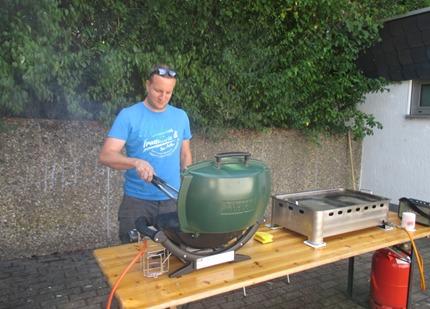 Sportfreund Welz sorgt für Wurst und Fleisch vom Grill