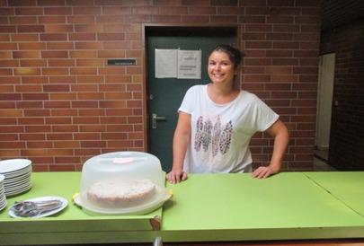Andrea an der Kuchenbar und Getränkeversorgung